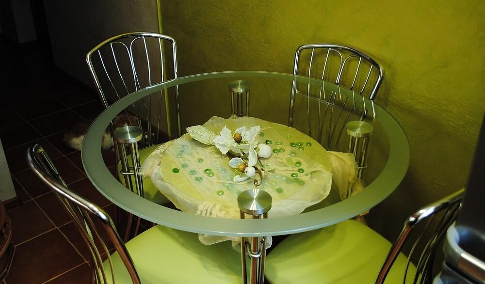 Фото стеклянный стол в интерьере кухни фото
