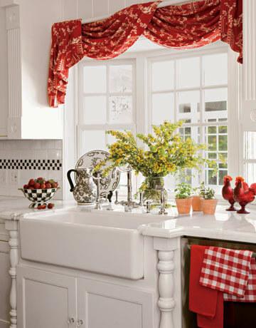 короткие шторы для кухни в красном цвете