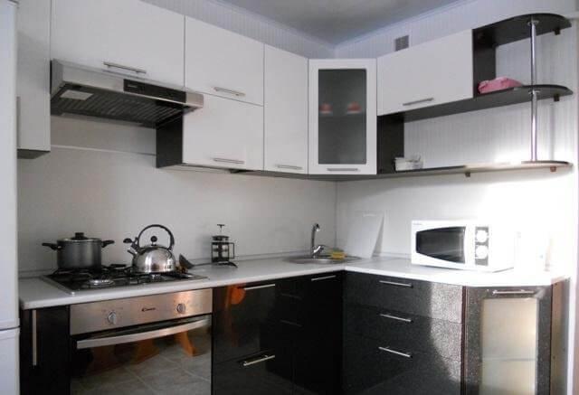 Дизайн кухни в черно-белых тонах фото
