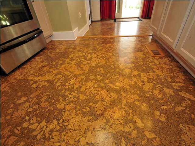 Кухонный пол из пробки фото