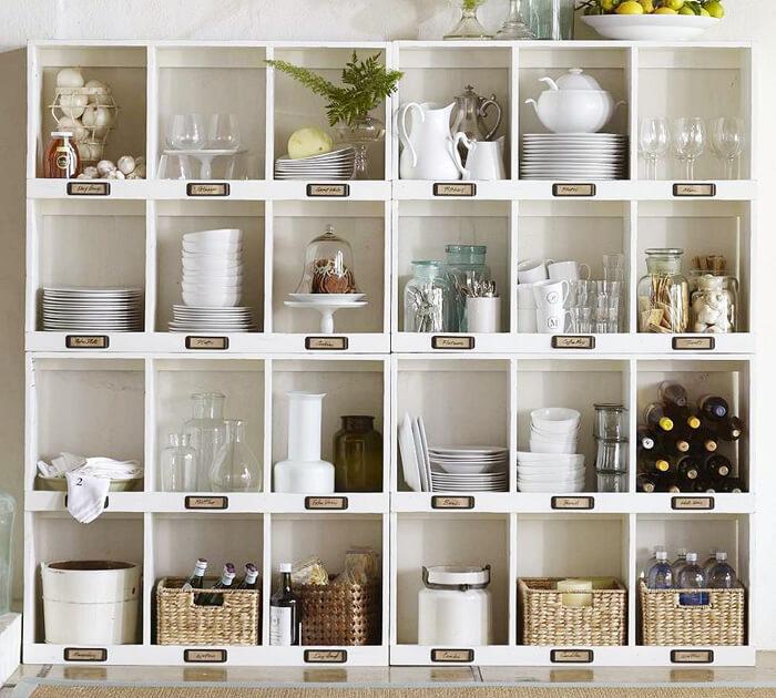 много открытых полок на кухне