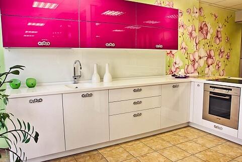 нежная кухня цвета фуксия фото