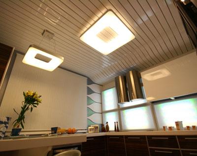 потолок в кухне из алюминиевых реек