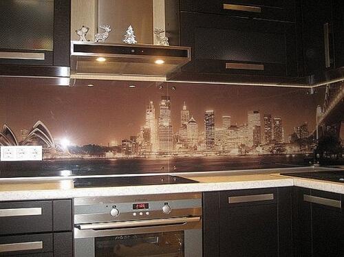 Стеклянное стеновое покрытие на кухню