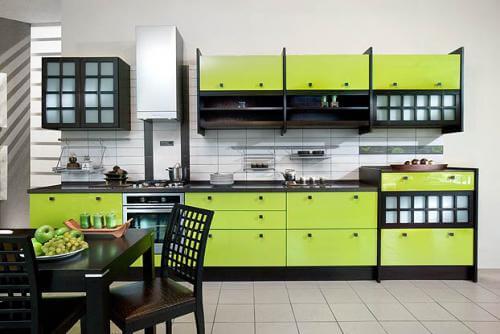 кухня в зеленых тонах.