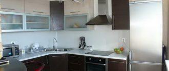 Сочетание навесного и напольного угловых шкафов на кухне