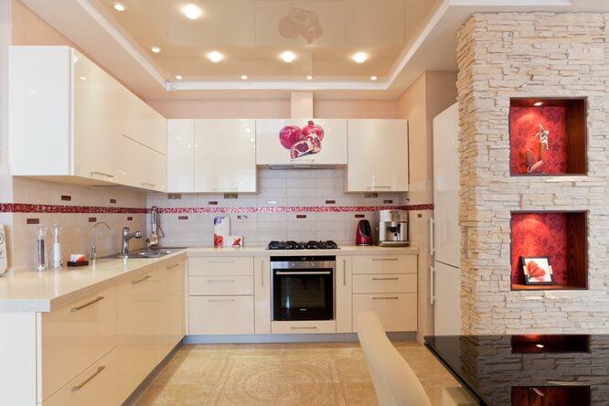 натяжной потолок в кухне дизайне