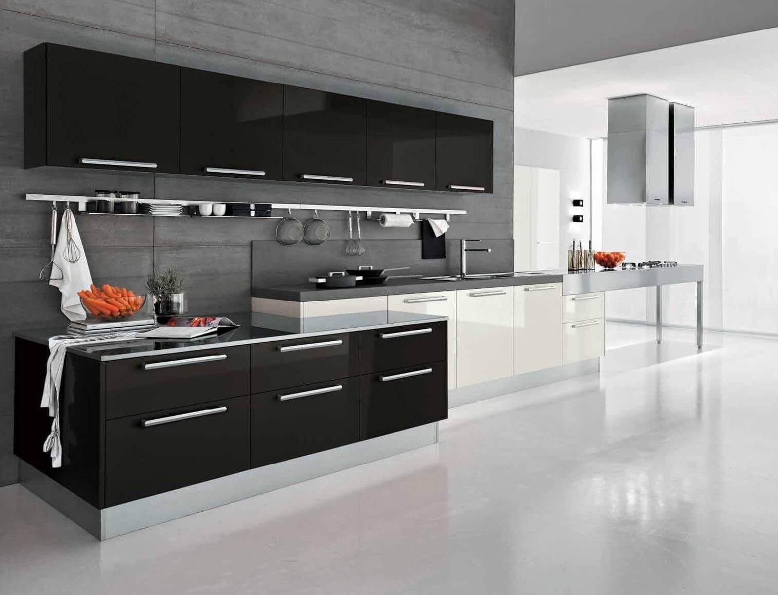Черно-белая кухня с глянцевым полом