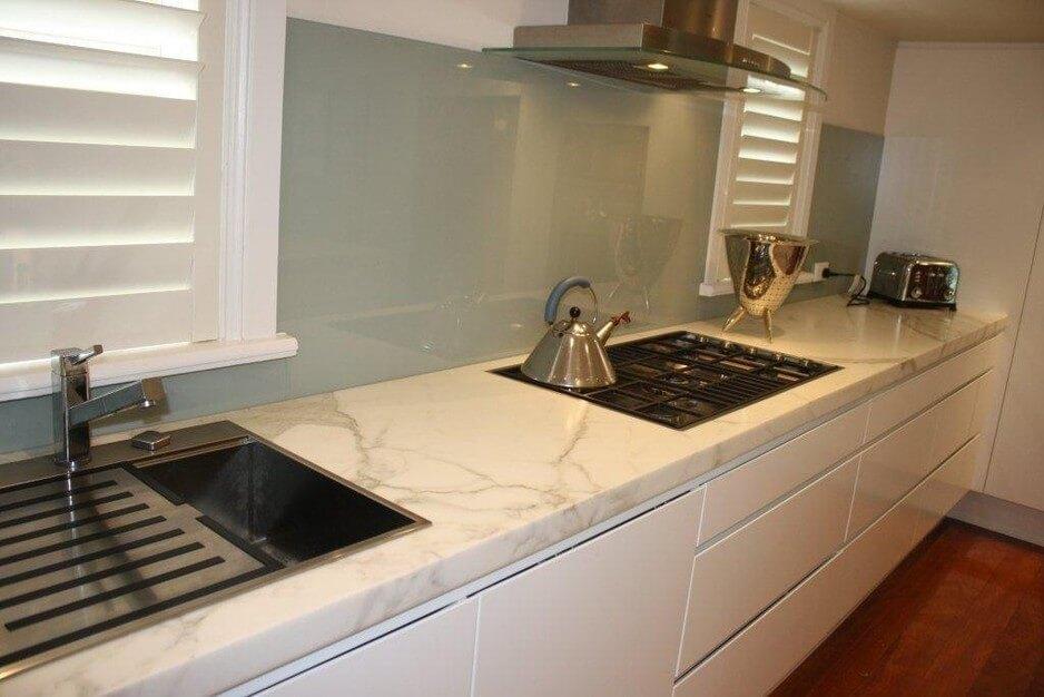 Столешница из литьевого мрамора на кухню