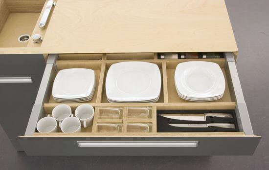 ящик для посуды на маленькой кухне