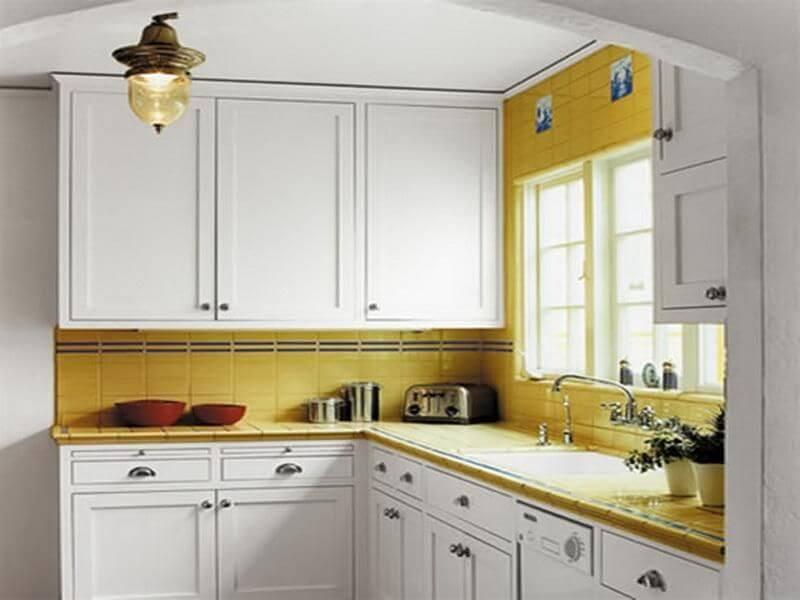 интерьер кухни с белым потолком