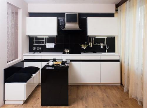 Черно белая кухня прекрассно вписывается в интерьер