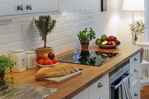 Как крепить столешницу на кухне