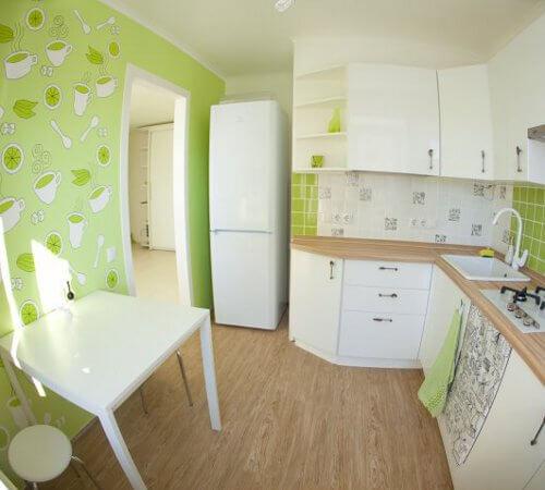 дизайн маленькой кухни с обоями фото