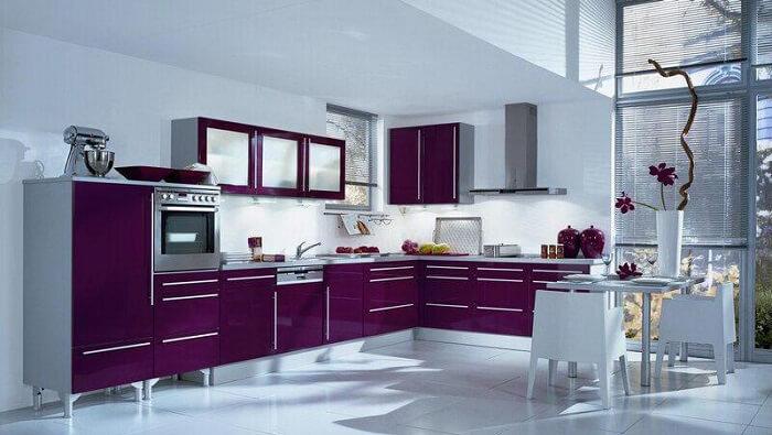 дизайн кухни фиолетового цвета