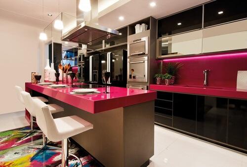 модная кухня цвета фуксия