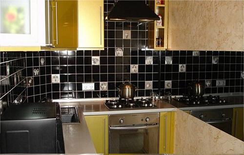Темная облицовочная плитка на кухне