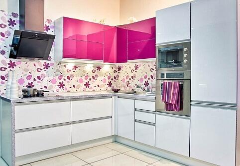 угловая кухня цвета фуксия фото