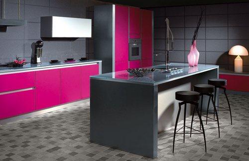 яркая кухня цвета фуксия фото