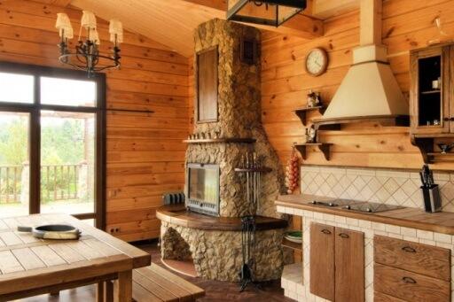кухня в стиле шале с камином
