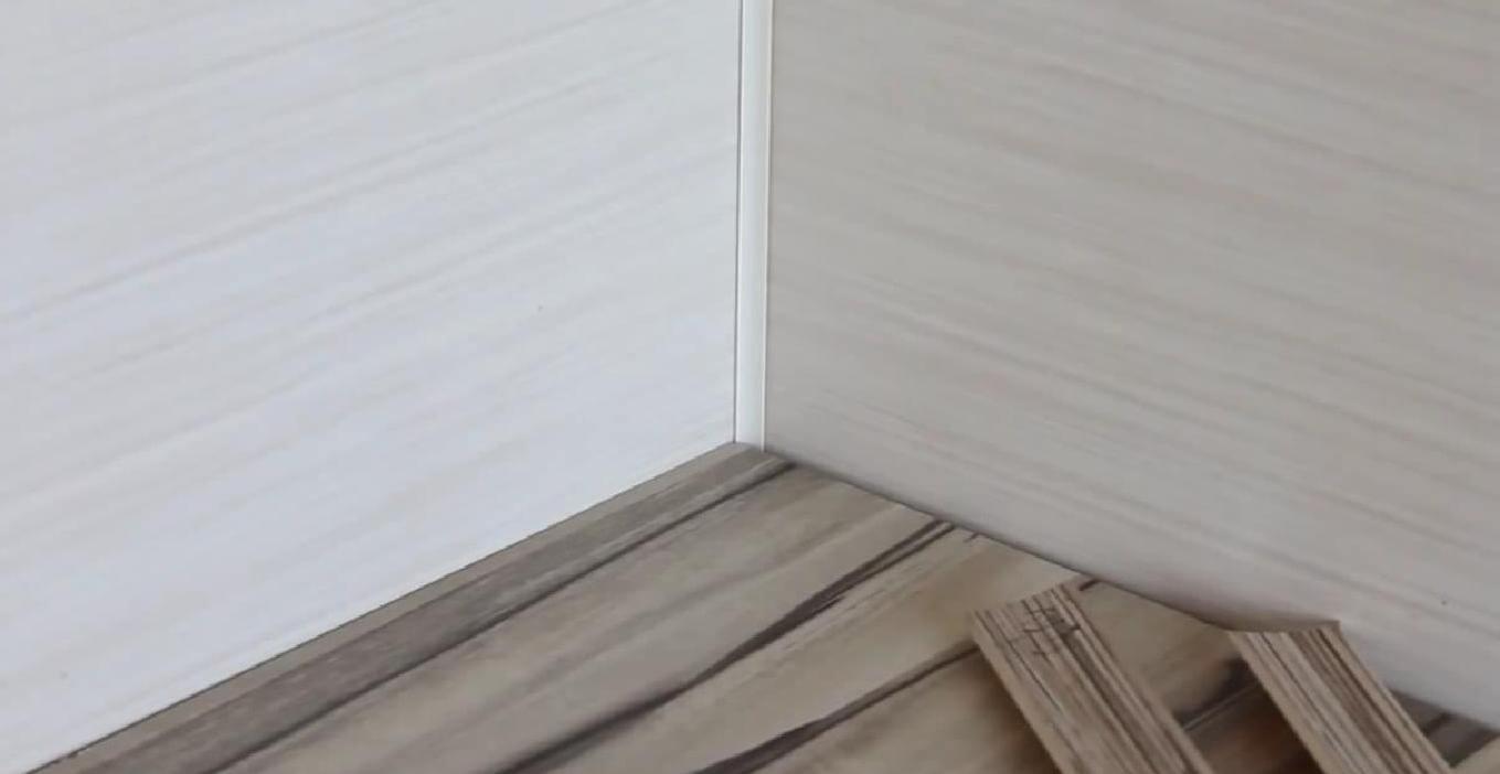 Декоративный уголок на стене будет мешать плотному прилеганию плинтуса