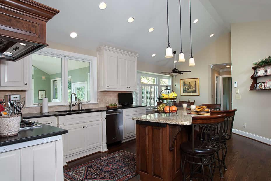 натяжной потолок в дизайне кухни